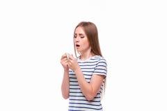 Mulher doente com o nariz de sopro da gripe e da febre no tecido Fotografia de Stock Royalty Free