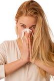 A mulher doente com o nariz de sopro da gripe e da febre no tecido isolou o ov Imagem de Stock Royalty Free