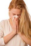 A mulher doente com o nariz de sopro da gripe e da febre no tecido isolou o ov Foto de Stock