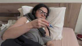 Mulher doente com o termômetro ralo da tomada vídeos de arquivo