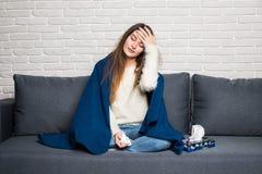 Mulher doente com termômetro Reação da alergia flu Frio travado mulher Sneezing no tecido Dor de cabeça vírus Conduto em casa foto de stock royalty free