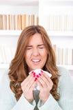A mulher doente funga com o vírus que sente espirrar doente no tecido Imagem de Stock Royalty Free