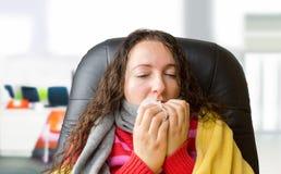 Mulher doente no escritório imagem de stock royalty free