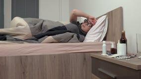 Mulher doente que dorme na cama vídeos de arquivo