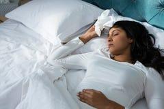 Mulher doente que dorme na cama imagens de stock royalty free