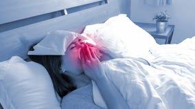 Mulher doente que Sneezing fotografia de stock