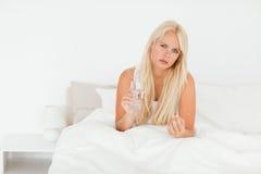 Mulher doente que toma um comprimido Fotografia de Stock