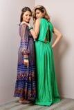 Mulher dois em vestidos longos. Fotos de Stock Royalty Free