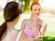 Mulher dois europeia nova bonita que conversa após a classe do esporte Fotos de Stock Royalty Free