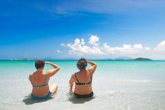 Mulher dois madura no roupa de banho que relaxa na praia e que aprecia Foto de Stock Royalty Free