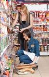 Mulher dois no supermercado Imagem de Stock Royalty Free