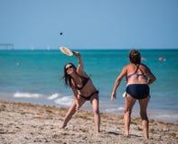 Mulher dois que joga o paddleball na praia fotos de stock