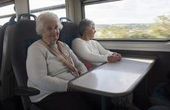 Mulher dois superior feliz em um trem imagem de stock