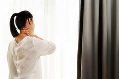 Mulher dolorosa da ferida no ombro do pescoço para sofrer do conceito de trabalho da recuperação dos cuidados médicos e da medici imagens de stock