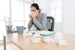 Mulher dolorosa do trabalhador de escritório que tem o problema da alergia fotos de stock royalty free