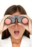 Mulher dos binóculos que olha surpreendida Imagens de Stock Royalty Free