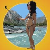A mulher dos desenhos animados em um roupa de banho toma uma imagem dsi mesma em um fundo da praia Imagem de Stock
