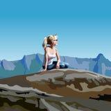 Mulher dos desenhos animados que olha na distância que senta-se em uma rocha nas montanhas Imagem de Stock