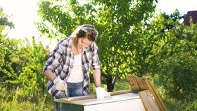 Mulher dos ofícios na prancha de madeira verificada da pintura da camisa com pintura branca video estoque