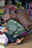 Mulher dos pobres de Ásia do mercado do alimento Imagens de Stock Royalty Free