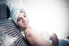 Mulher dos termas Menina bonita após o banho nos termas do Jacuzzi, relaxando após a massagem, envolvida nas toalhas Skincare Fotografia de Stock Royalty Free