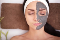 Mulher dos termas que aplica a máscara de limpeza facial Tratamentos da beleza Foto de Stock Royalty Free