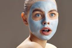 A mulher dos termas que aplica a máscara para a cara e é surpreendida Fotos de Stock