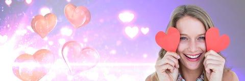 Mulher dos Valentim que guarda corações com fundo dos corações do amor Fotografia de Stock