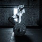 Mulher dura do treinamento do Gym Fotos de Stock