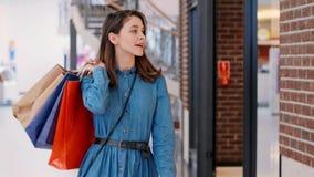 Mulher durante a compra grande no shopping video estoque