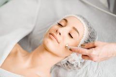 Mulher durante o procedimento facial do tratamento fotos de stock