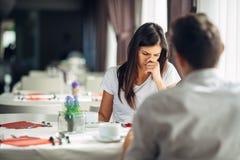Mulher duvidosa preocupada que discute com seu marido Mulher forçada emocional que tem problemas na união Luta do relacionamento Imagens de Stock