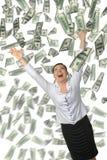 A mulher e é muito dinheiro que cai de acima Imagens de Stock