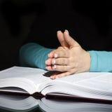 Mulher e a Bíblia Praying Imagens de Stock Royalty Free