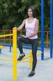 Mulher e barra horizontal Foto de Stock