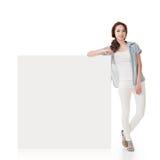 Mulher e blankboard branco fotografia de stock