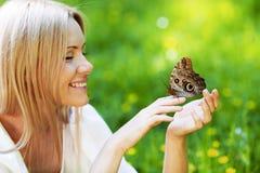 Mulher e borboleta fotografia de stock