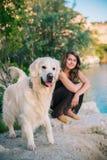 Mulher e cão Fotografia de Stock Royalty Free