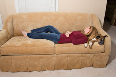 Mulher e cão adormecidos no sofá - Naptime Fotos de Stock