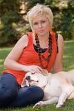 Mulher e cão feliz Imagem de Stock