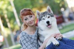 Mulher e cão felizes do haski ao ar livre Imagem de Stock Royalty Free