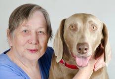 Mulher e cão sênior Fotos de Stock