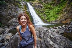 Mulher e cachoeira Fotografia de Stock Royalty Free