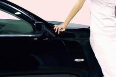 Mulher e carro imagem de stock