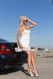 Mulher e carro consideravelmente louros Fotos de Stock Royalty Free