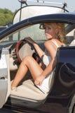 Mulher e carro consideravelmente louros do luxo Imagem de Stock