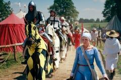 Mulher e cavaleiros montados Imagens de Stock Royalty Free