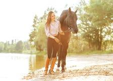 Mulher e cavalo bonitos Fotografia de Stock Royalty Free