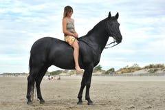 Mulher e cavalo na praia imagem de stock royalty free