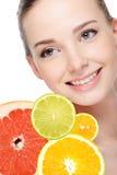 Mulher e citrinas frescas Fotografia de Stock